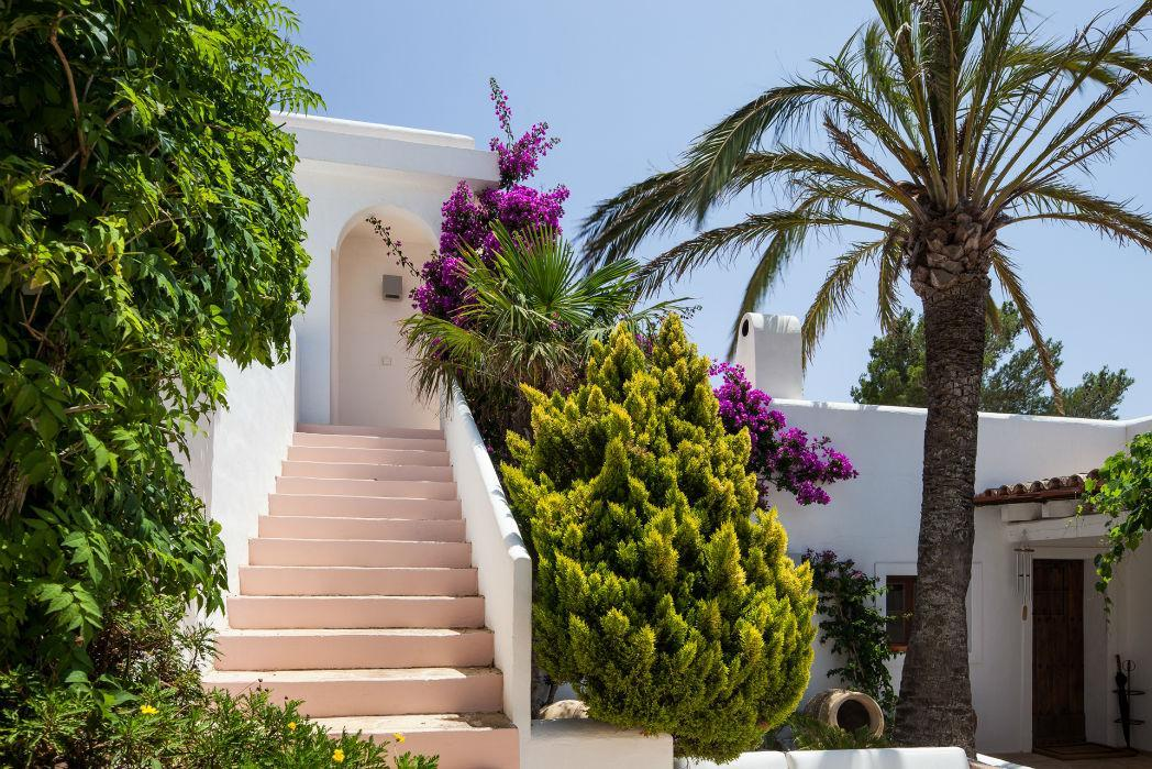 modern designer ibiza villa or traditional finca style villa what is better legatto. Black Bedroom Furniture Sets. Home Design Ideas